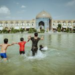 anak-anak bermain di masjid