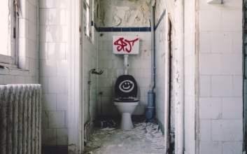 Antek Pengguna Toilet yang Menjengkelkan dan Perlu Dibina toilet umum etika buang air terminal mojok.co