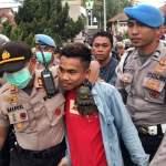 polisi menghadapi demonstrasia