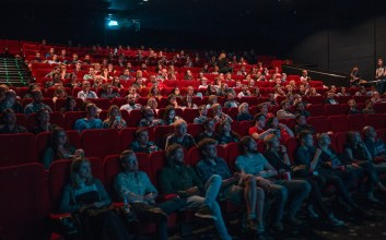 Bertobatlah Wahai Kalian yang Sering Bertanya Saat Menonton Film di Bioskop