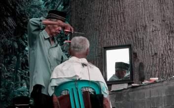 Tipe-tipe Tukang Pangkas Rambut saat Memotong Rambut Pelanggannya Merayakan Satu Dekade Romantisme Saya dengan Pangkas Rambut Bang Salim