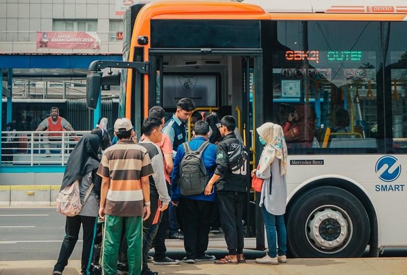 Dilemanya Naik Trans Jakarta: Berdiri Capek, Duduk Merasa Bersalah
