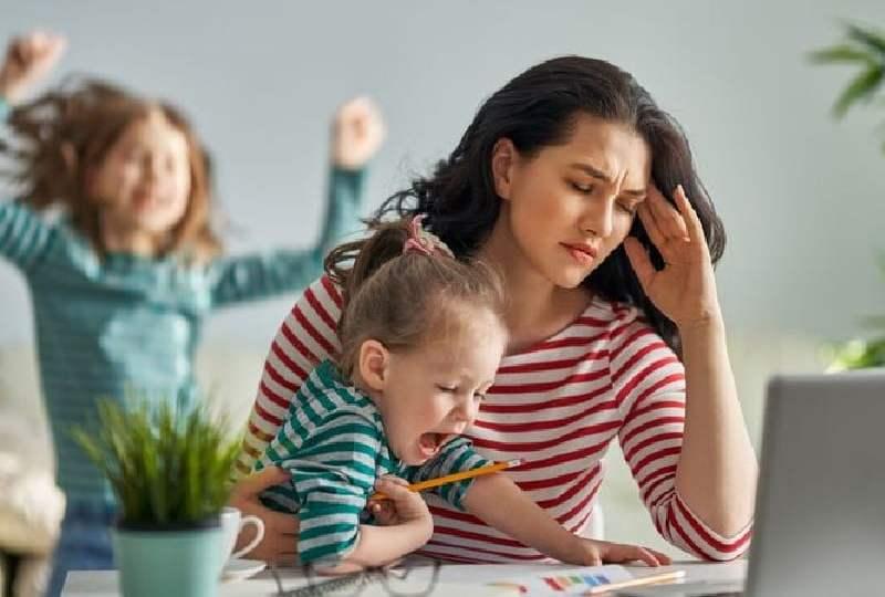ibu-ibu pekerja wfh diganggu anak komputer perempuan wabah corona bekerja di rumah perempuan karier mojok
