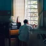 kamar kos tanpa jendela pengalaman duduk di pinggir jendela mojok.co
