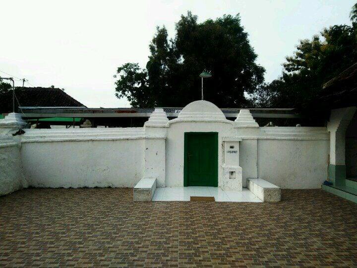 Bangunan penutup makam Sunan Bonang