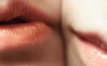 penyebab lipstik tidak tahan lama di bibir dan cara mengatasinya mojok.co