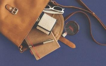 alasan tas perempuan isinya banyak mengapa perempuan selalu membawa banyak barang mojok.co