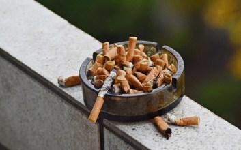 perokok di kafe buang puntung sembarangan padahal udah ada asbak mojok.co