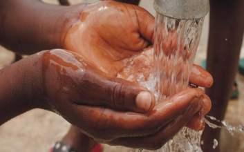 Sabun Cuci Tangan yang Dicampuri Air Mencerminkan Betapa Pelitnya Orang-orang terminal mojok.co