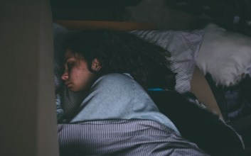 Tidur dengan Lampu Menyala Hanyalah Alasan dari Mereka yang Ngeyelan terminal mojok.co