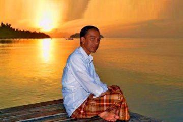 Sarung Merah Presiden Jokowi