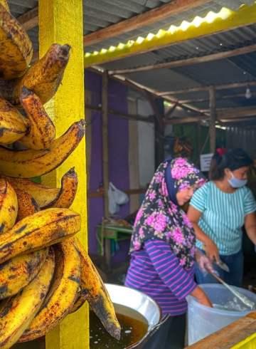 Baru dua tahun, pisang goreng Pak Gembor memiliki 4 cabang. Foto oleh Puthut EA/Mojok.co