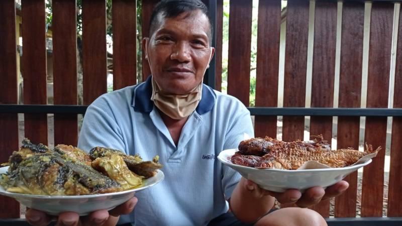 Pak Sukro dengan mangut beong dan baceman bader. (Apw)