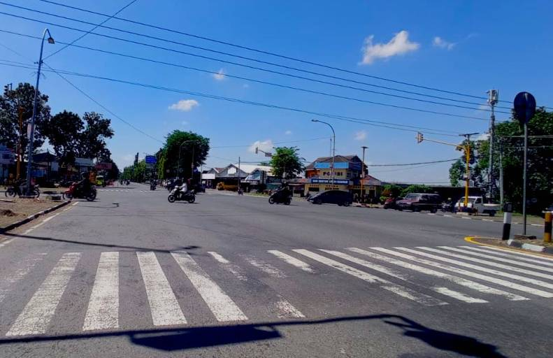Lampu lalu lintas menjadi jeda dalam proses pelepasan kesedihan di ring road Yogyakarta