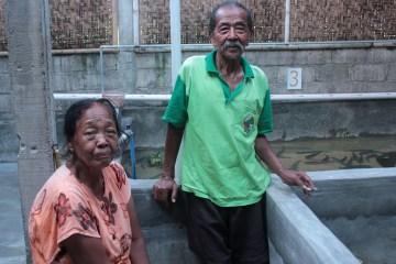 Mbah Kidjo bersama istrinya di kolam ikan gabus miliknya