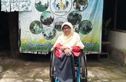Tatik Isnaeni atau Bu Nani di depan rumahnya yang dijadikan PAUD Tersenyum. Foto oleh Nimatul Faizah/Mojok.co