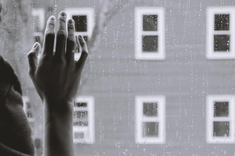 Bagi korban ghosting, perasaannya tersakiti. Foto ilustrasi oleh Kristina Tripkovic on unsplash.com.