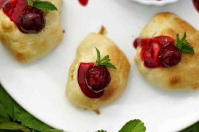 Pieczone racuchy drożdżowe z frużeliną z wiśni