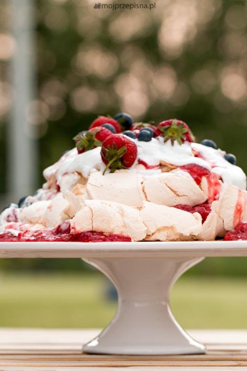 Pavlova z frużeliną rabarbarowo-truskawkową ze śmietanką kokosową