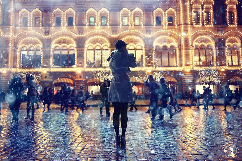 Kobieta zwiedzająca miasto nocą