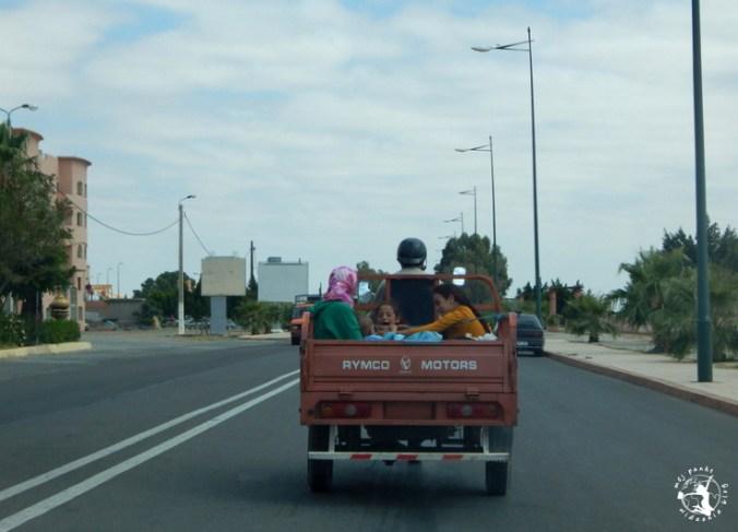 Mój Punkt Widzenia Blog - kobiety w samochodzie na marokańskiej drodze