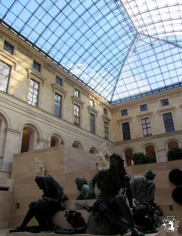 Mój Punkt Widzenia Blog - wnętrze Luwru w Paryżu, Francja