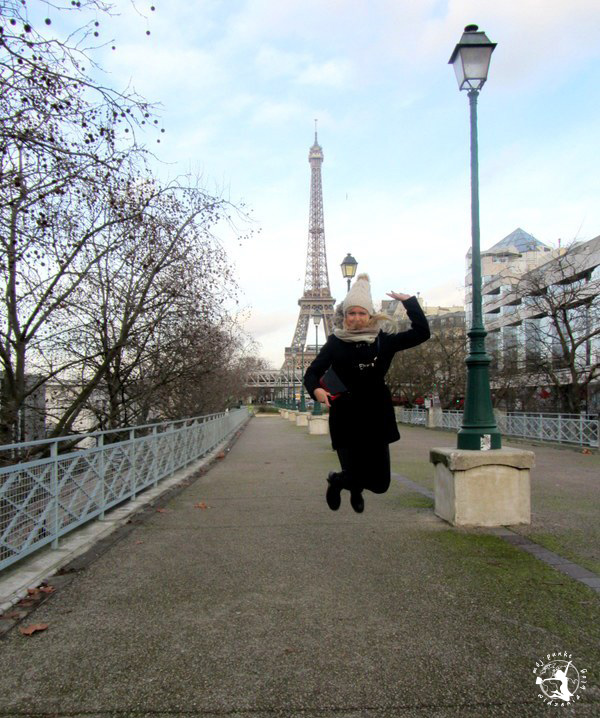 Mój Punkt Widzenia Blog - skok na tle wieży Eiffla, Paryż - Francja