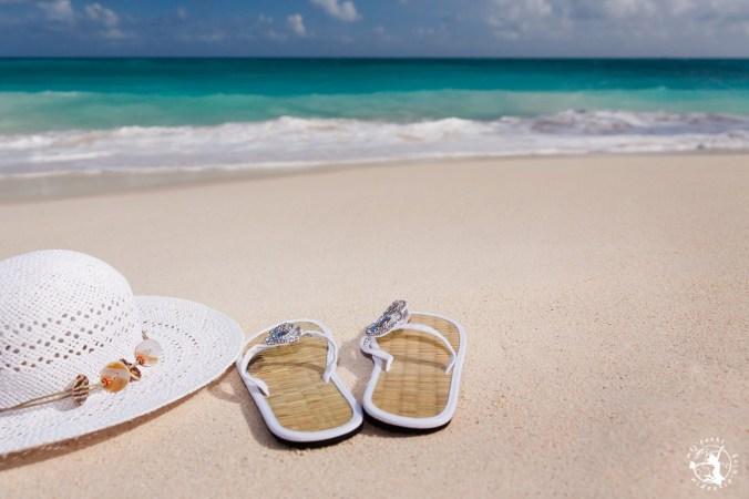 Klapki na plaży nad morzem