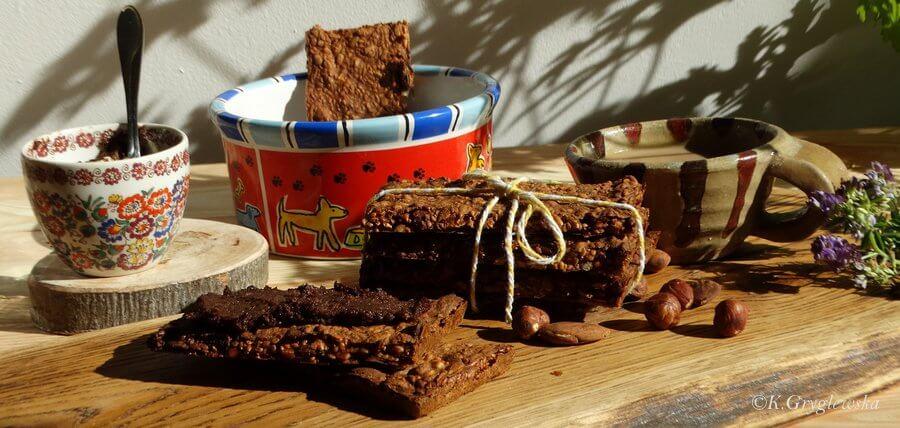 norweski chlebek z kremem czekoadowo-orzechowym , a w misce dla psa podany chlebek