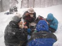吹雪の中でのランチ