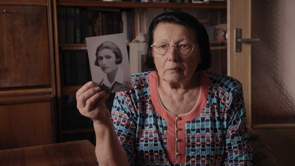 De rode ziel - Elizaveta met een foto van haar moeder