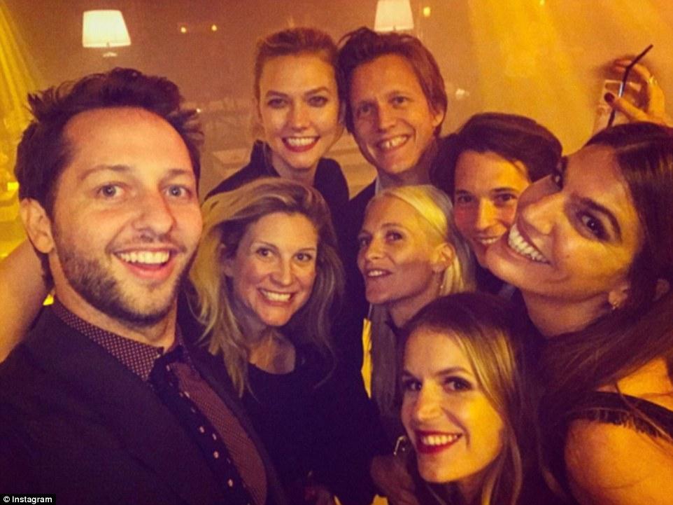 de todos Gang ela: Derek Blasberg, Kristina O'Neill, Karlie Kloss, Mangus Berger, Nick Brown, Poppy Delevingne, Bianca Brandolini e Eugenie Niarchos (no sentido horário a partir da esquerda)