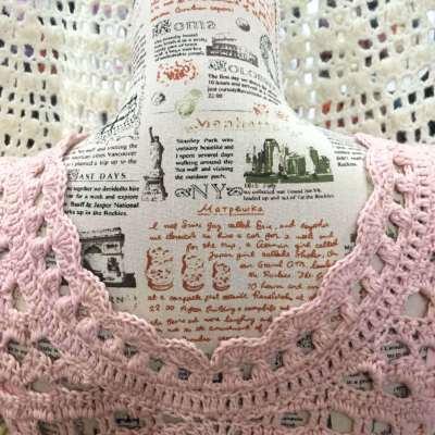 Vestido de ganchillo romantico en rosa espalda