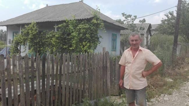 Ion Andronache, lângă casa FOTO: Galina Munteanu