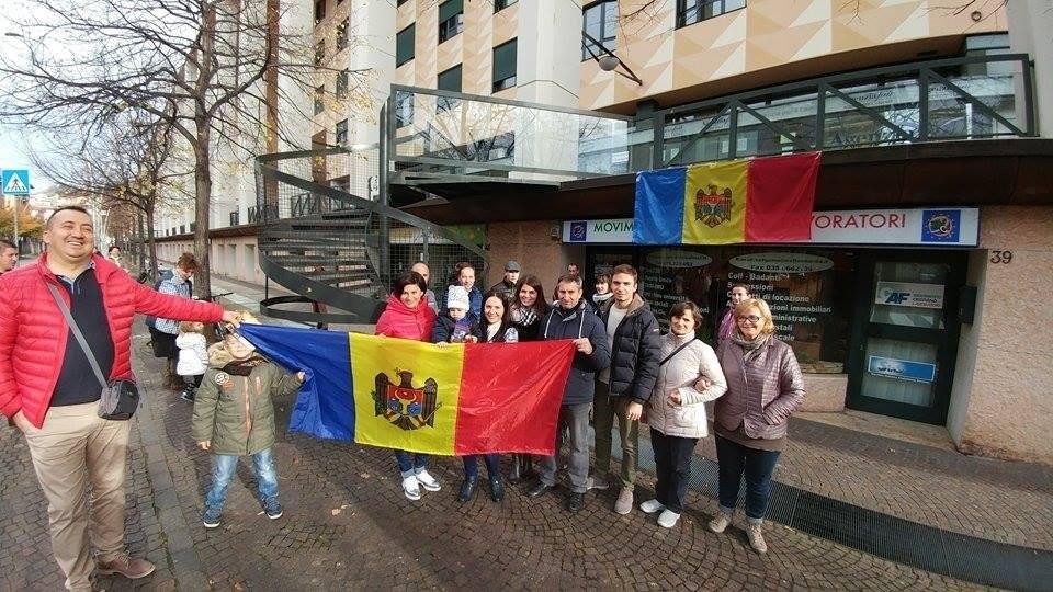 Un grup de moldoveni în fața secției de votare din orasul Bergamo, Italia. FOTO Arhivă Personală