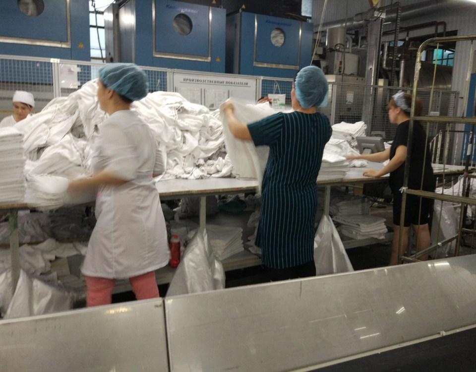 складывание полотенец в прачечной