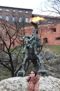 Огнедышащий дракон у входа в пещеру