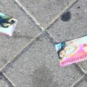 Телефоны женщин легкого поведения разбрасывают по улице