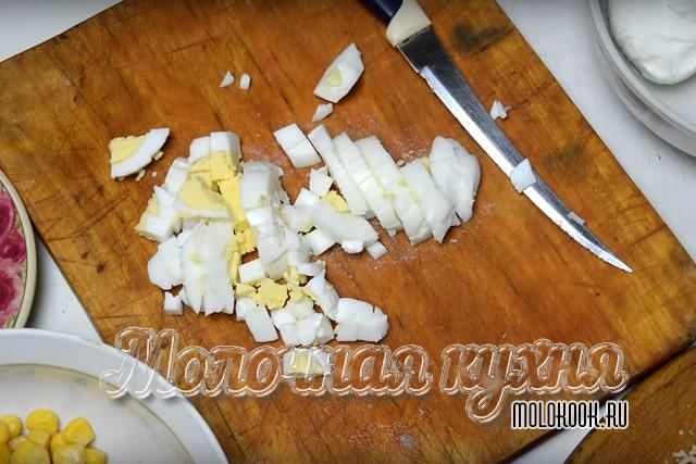 Corte los huevos hervidos.
