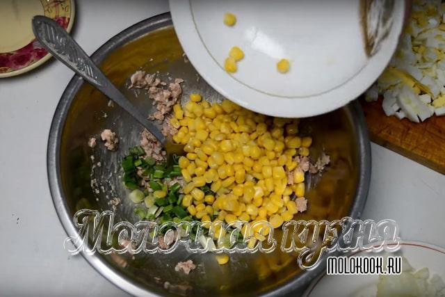 Añadiendo maíz