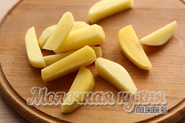 Картофель нарезан брусками