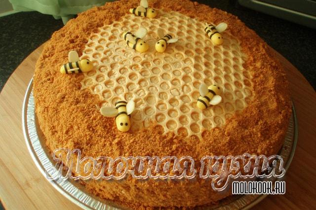 Masarap na honey cake ayon sa klasikong recipe
