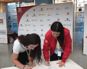 deux personnes signentun contrat