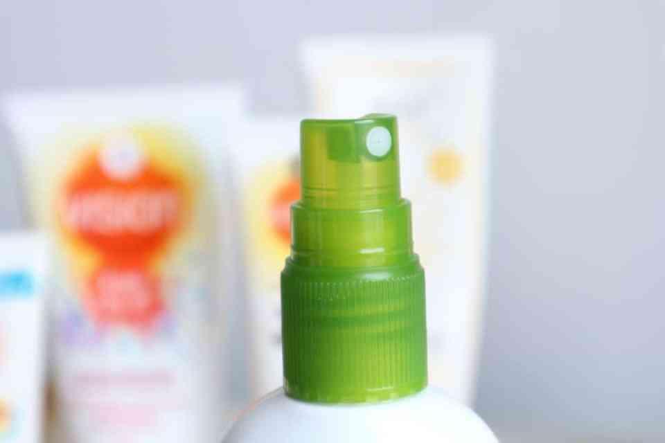 Draag je zonnebrandcrème onder of over je dagcrème? lovea spf15 review momambition.nl