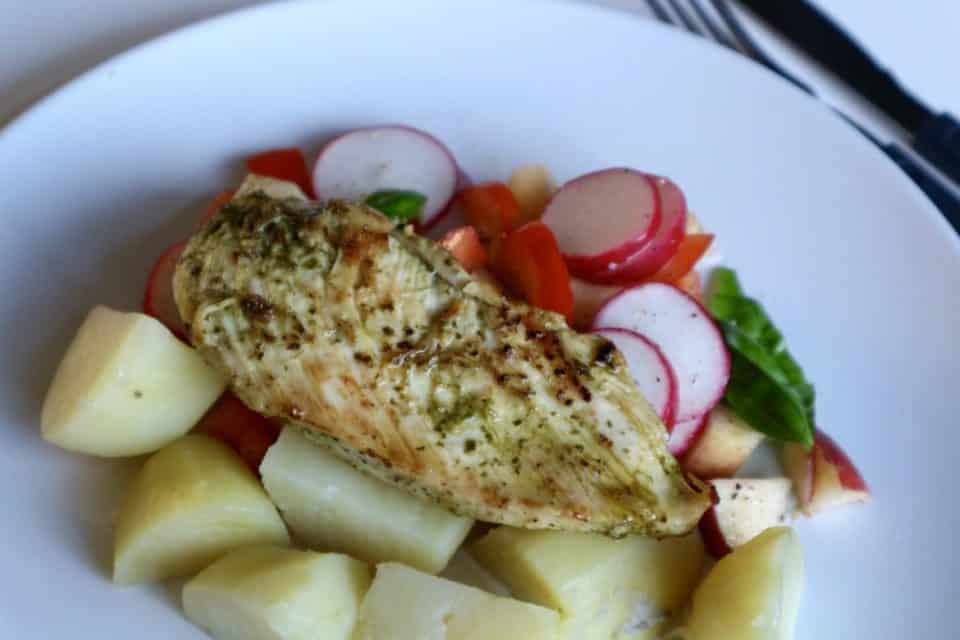 Recept | Kipfilet met pesto en zomersalade momambition.nl Hellofresh