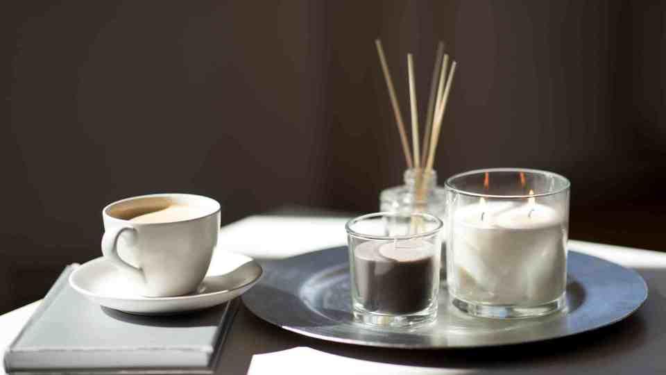 salontafel stylen met vazen en kaarsen