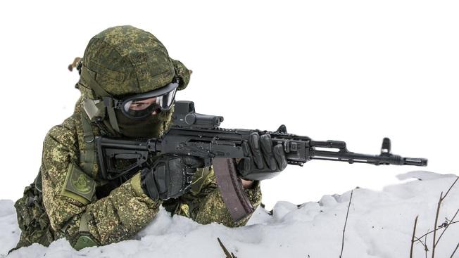 ロシア軍兵士 迷彩服とAk