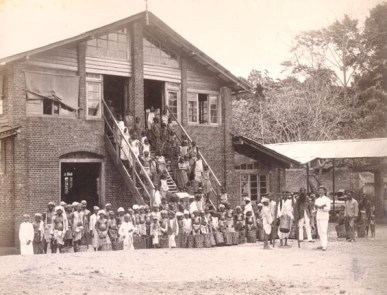 Tea Estate Workers photographed by Scowen & Co. [Image Courtesy: www.imagesofceylon.com ]