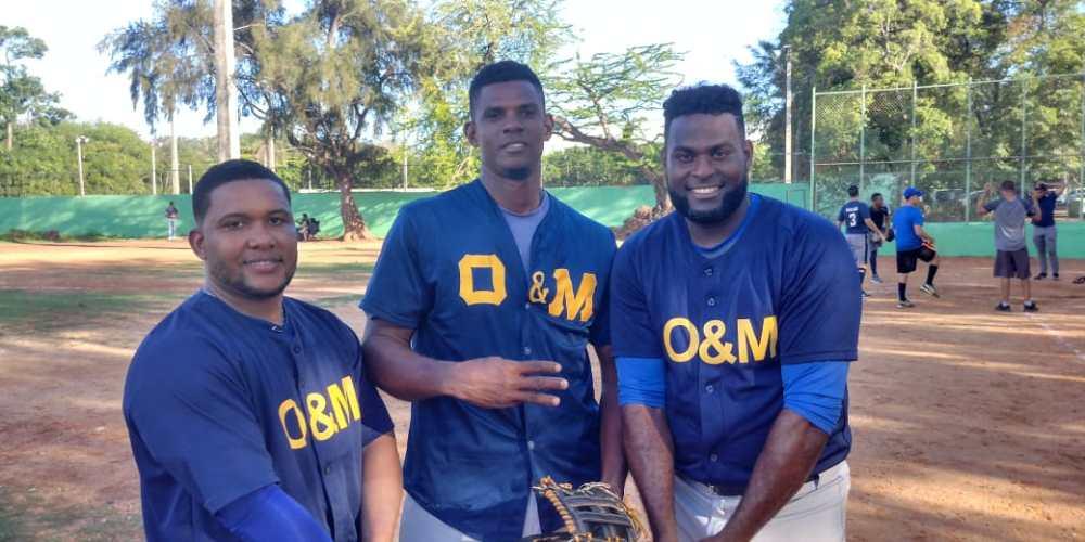 Carlos Cosma, el lanzador Franklin DA-az y Richard Hidalgo, del equipo de la Universidad O&M