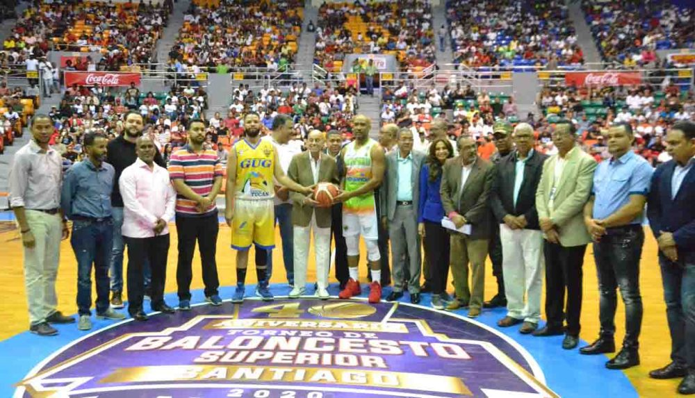 Foto Salvador Sadhala realiza el saque de hono r en la apertura del torneo de baloncesto.